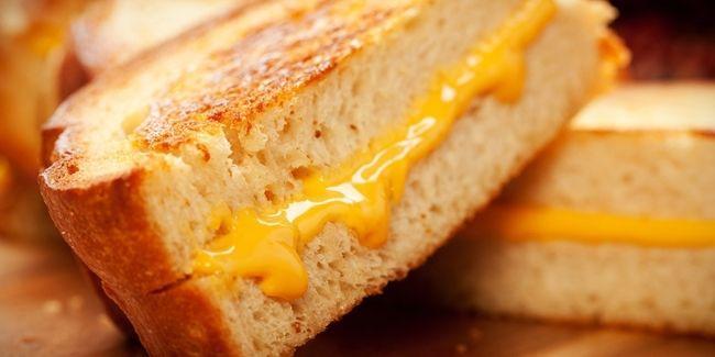 Vemale.com - Yuk sarapan dengan sandwich pizza keju yang gampang dan enak banget ini.
