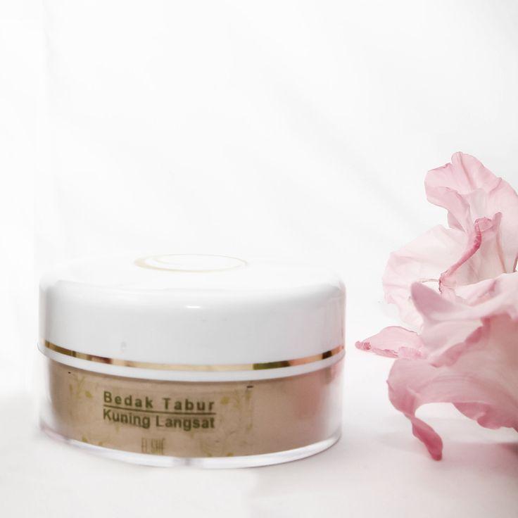 Maksimalkan penampilanmu dengan ElshéSkin Natural Loose Powder dengan warna tone kuning langsat! Dengan molekulnya yang lembut dikhususkan untuk kulit berjerawat.