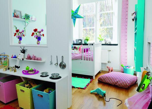 Farmand har bygget en væg med en rude midt i rummet, så værelset føles lyst og luftigt på trods af opdelingen. På bordet er der malet kogeplader med sort højglansmaling. Vinduesdekoration med anemoner, 'Flat Flowers', 139 kr., Favoritsaker, hylde, 'Stripa', 45 kr., Ikea, grydesæt, 'Duktig', 75 kr., Ikea, pink bakke, 'Djeco', 299 kr., Trust & Trust.