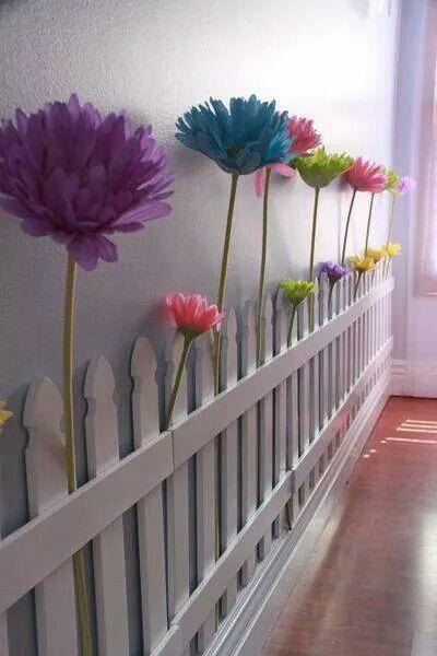 Hekje langs de muur. Nep bloemen er tussen steken en klaar. Leuke decoratie