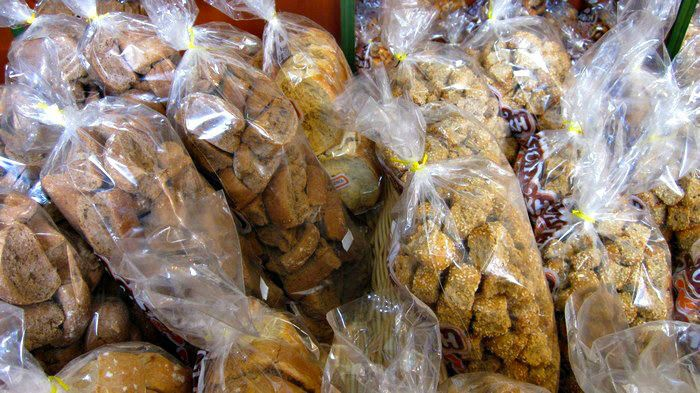 Discover the most delicious Greek rusks on the yummy Chania food tour in Crete island! | #greekfood #greekcuisine #Cretanfood