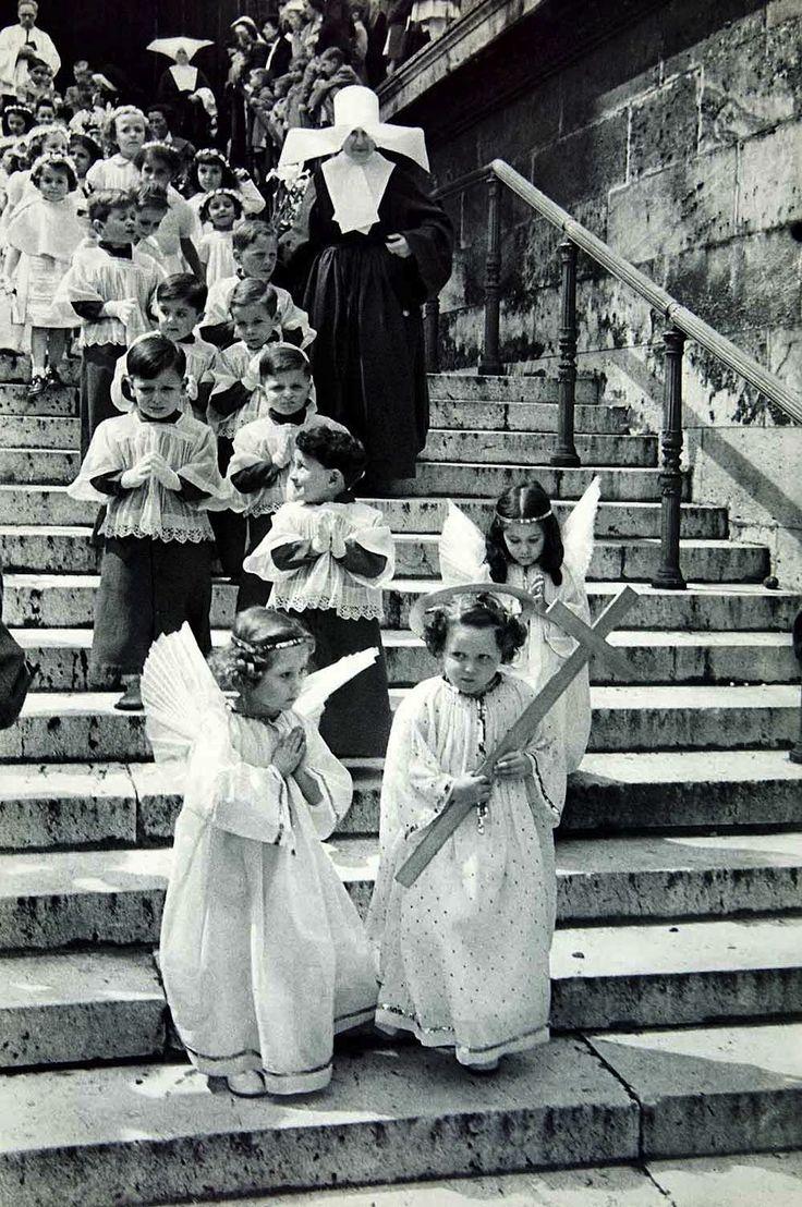 """""""Les anges et les religieuses"""", Paris, 1955, Henri Cartier-Bresson. Veja mais…"""