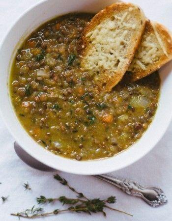 2 pers. Une grande casserole sur la plaque de cuisson à feu moyen et c'est parti ! Commencez par ajouter une cuillère à soupe d'huile d'olive. Puis, attaquez-vous à la découpe en très fines lamelles d'1 carotte et d'1 oignon Mettez le tout dans la casserole et laissez mijoter 5 min. Ajoutez environ 350g de lentilles. Mélanger, versé
