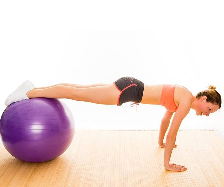 Do regularnych ćwiczeń w domu nie musicie posiadać profesjonalnych sprzętów - wiele aktywności wykonacie nieskomplikowaną piłką do fitnessu. Korzyści z takich ćwiczeń to wzmocnienie różnych partii mięśni, zapobieganie bólom kręgosłupa oraz lepsza równowaga.