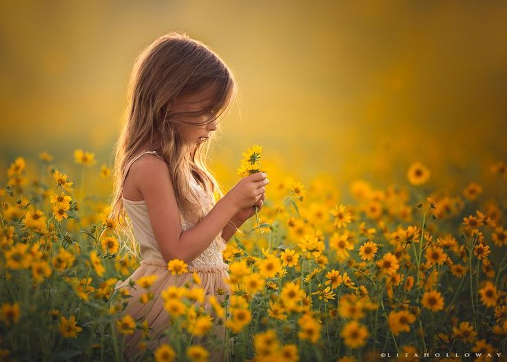 When Lisa Holloway is not busy tending to her super-sized family of 12, she creates magical, fine art portraits of children, including 10 of her own. Using the golden light and majestic landscapes of rural Northwestern Arizona as her backdrop, she paints soul-seeking, ethereal images with her camera.