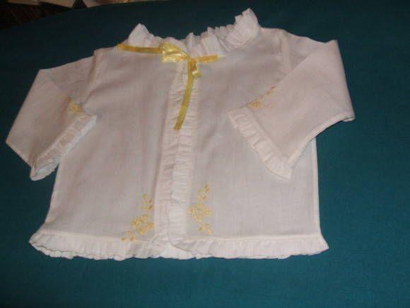 Camisa de cambraia 100% algodão branca, bordada na cor amarelo canário, sendo camisa de baixo (sem mangas) com amarração em fita de cetim e camisa com mangas e acabamento franzido em toda a peça, na mesma cambraia.  ENCOMENDA ENTREGUE! R$ 55,00