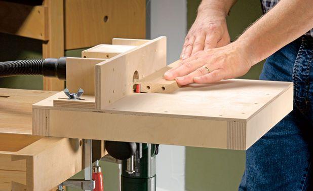 In der gut sortierten Heimwerkstatt ist die Hand-Oberfräse fester Bestandteil des Maschinenparks. Wir zeigen, wie man einen Frästisch für eine Oberfräse für 20 Euro selbst baut.