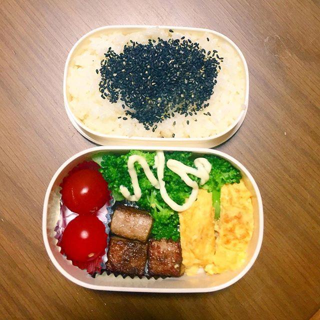 今日もお弁当☺️ #ごま塩 #卵焼き #肉 #トマト #ブロッコリー #🍅#お弁当 #aiamdays