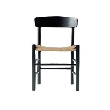 J39 stol från Fredericia, formgiven av Børge Mogensen. Denna enkla men vackra stol är formgivarens mest framgångsrika och har blivit en klassiker. En lättplacerad stol för många användningsområden. Sitsen är handvävd med naturligt pappersgarn och ramen är tillverkad i ek som svartlackerats.