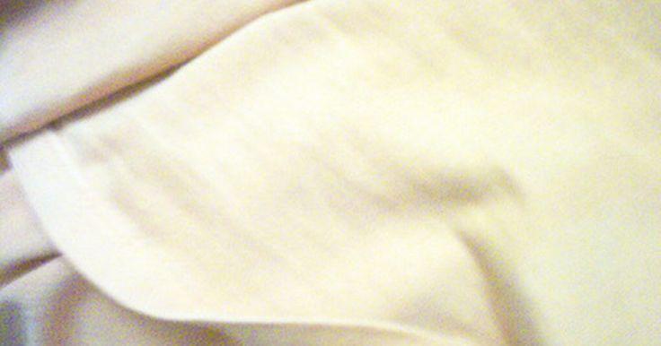 Como limpar cortinas de linho. O linho nem sempre é lavável em máquina, por isso é importante verificar o rótulo de suas cortinas antes de colocá-las na máquina de lavar como seu par de jeans favorito. Todas as cortinas da casa devem ser limpas uma vez ao ano, mas não mais do que uma vez por estação. As cortinas de linho podem ser lavadas a seco quando equipadas com um forro ...