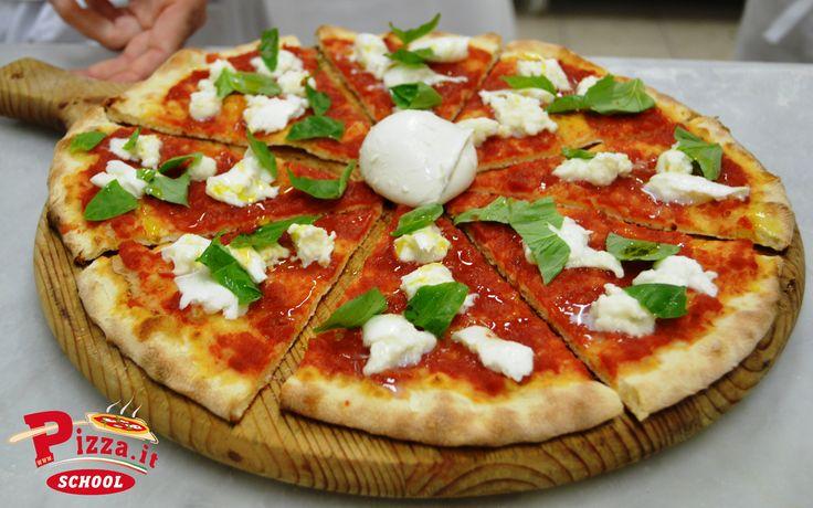 Una pizza rossa con aggiunta di bufala, basilico e olio extra vergine di oliva in uscita è stata creata dall'allievo Glauco Moretti.