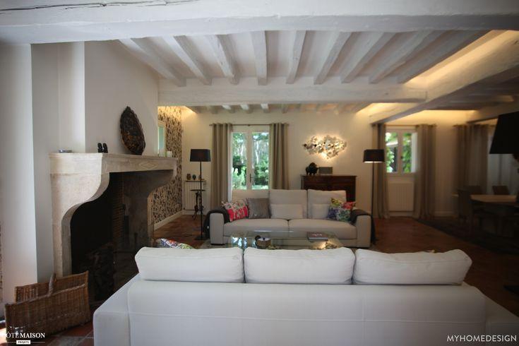 Salon aux poutres apparentes peintes en blanc Coin cheminée on ne