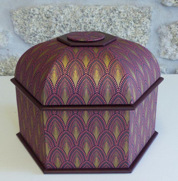 avec le papier josephine prune pt54294 la boite mansarde hexagonale de passion cartonnage. Black Bedroom Furniture Sets. Home Design Ideas