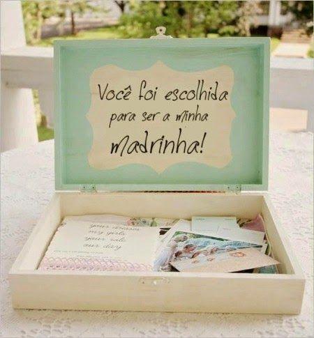 Dentro da caixa tem uns cartões indicando cores dos vestidos (e gravatas), comprimento, etc. Achei útil para as madrinhas, já que sempre ficam na dúvida, e uma maneira delicada da noiva dizer o que pensou para o dia.