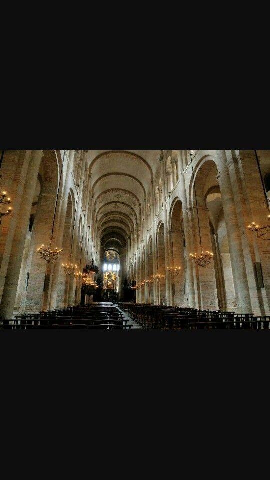 Interno basilica di Saint-Sernin.