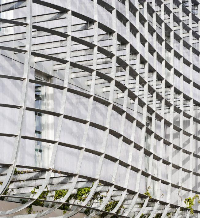 Imágenes © Pedro Pegenaute y Zon-e Arquitectos Estimulante y cambiante fachada por la superposición a una rigurosa caja de traslucida de una celosía de acero galvanizado con forma de nube a la que …