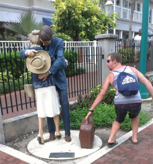Taking Advantage Of The Moment 30 Hilarious Pictures Taken With Statues • Page 4 of 6 • BoredBug