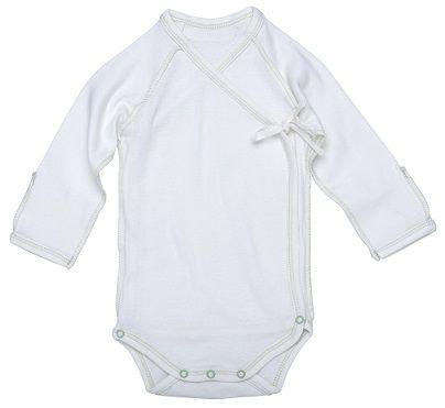 Bodym/sidelukking og kantsøm - Inside-Out Baby Body, sage.Økologisk. Hvit med svakgrågrønn kantsøm.  Bomullsbody i delikat farge. Sideåpning foran for enkel av- og påkledning. Veldig behagelig for nyfødte, ingenting trekkes over hodet. Ingen lapper eller sømmer inni som irriterer babyens sensitive hud. Påsydd brett på armene som fungerer som beskyttelsesvott mot kloring i ansiktet o.l. * Bløt bomullsjersey*Enkel og behagelig sideåpning* Størrelse: 0-3 mnd 100% GOTS-s...