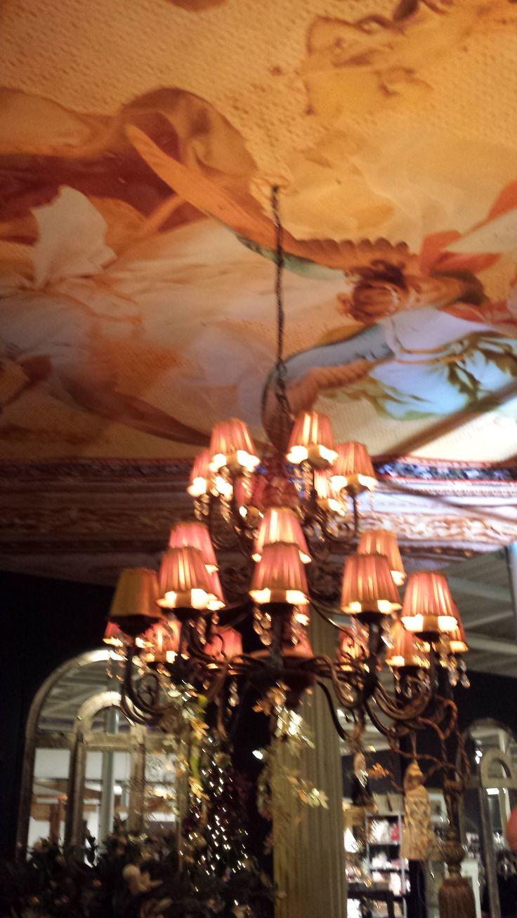 Intratuin Stijlkamer in Barokstijl. Deze inrichting, belichting en kleursamenstelling maakte deze presentatie erg sfeervol. Er is erg gelet op de kleine details, zoals bijpassende lampen en 'plafondschilderingen'.