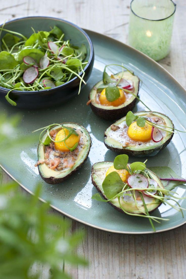 Gevulde avocado's met ei en zalm   https://www.njam.tv/recepten/gevulde-avocados-met-ei-en-zalm