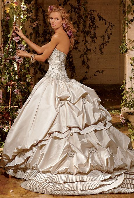 Beautiful dress! Would  be great at a masquerade wedding or any wedding