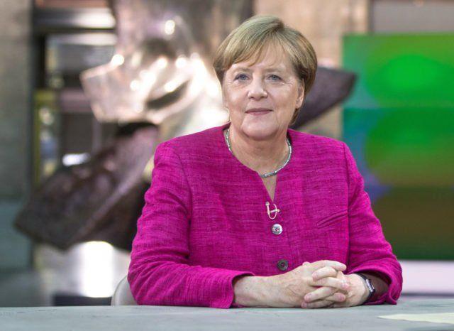 """""""Neben meinem Amt als Bundeskanzlerin einmal eine Talkshow-Sendung zu moderieren"""" – das schrieb die Bundeskanzlerin in einem persönlichen Fragebogen für die """"Rheinische Post""""."""