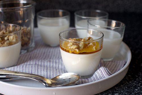 Panna cotta kreikkalaisesta jogurtista kera saksanpähkinän ja hunajan | smitten kitchen