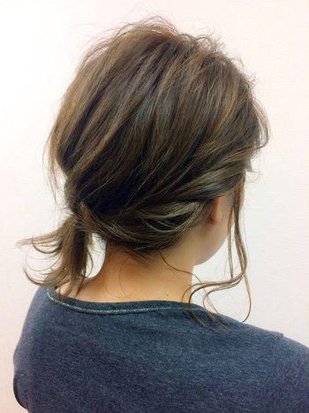 【ゴム1本でもおしゃれポニー】 ねじりながらサイドの髪を後ろにもってきて襟足の髪と一緒にひとつ結びに。 少しサイド寄りで結ぶと大人っぽく仕上がりますよ♪ ねじった部分は少し引っ張ってゆる~くしてあげるのがポイント。