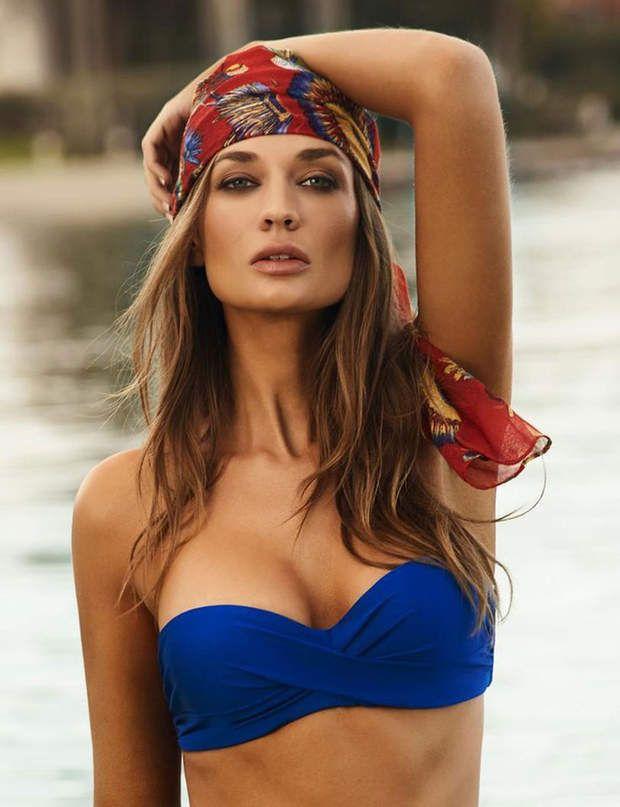 Un foulard tropicalChoisissez un modèle coloré et placez-le tout autour de votre tête en le faisant dépasser sur le front.