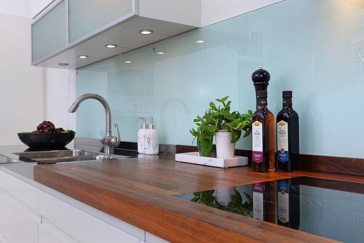 кухонная мебель стеклянный фартук деревянная столешница варочная панель подсветка мойка смеситель