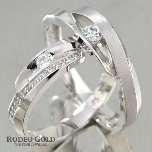Gold engagement rings with the subtle cutting-design in the center