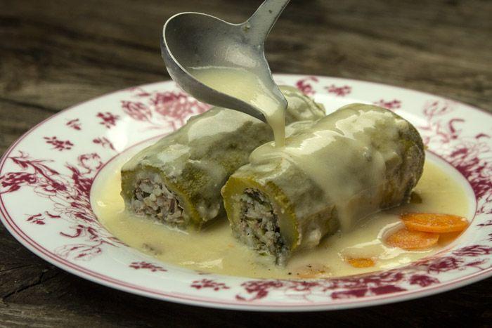 Η κλασική συνταγή για κολοκυθάκια γεμιστά με κιμά και αυγολέμονο, με μπόλικα αρωματικά γα απόλυτη νοστιμιά