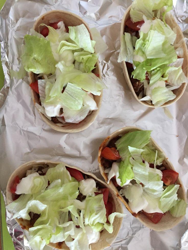 Barchette tacos con chili messicano di carne, provola dolce, insalata croccante, pomodorini e panna acida aromatizzata con erbetta cipollina fresca.