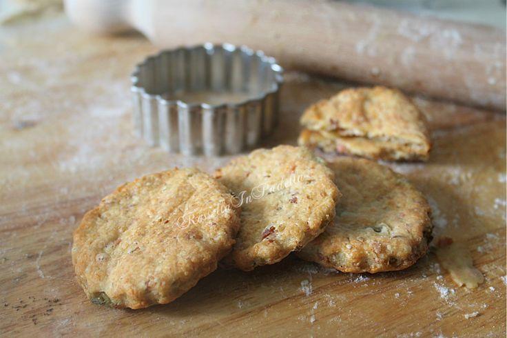 Biscotti salati con salame e olive, aperitiviamo assieme. Deliziosi biscotti salati buoni con gli aperitivi, facili e veloci da preparare.