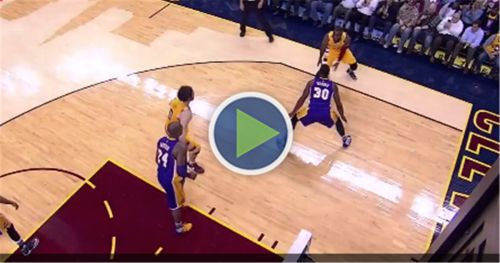 Cavs PF Kevin Love leaves Lakers game with a shoulder injury...: Cavs PF Kevin Love leaves Lakers game with a shoulder injury #Lakers…