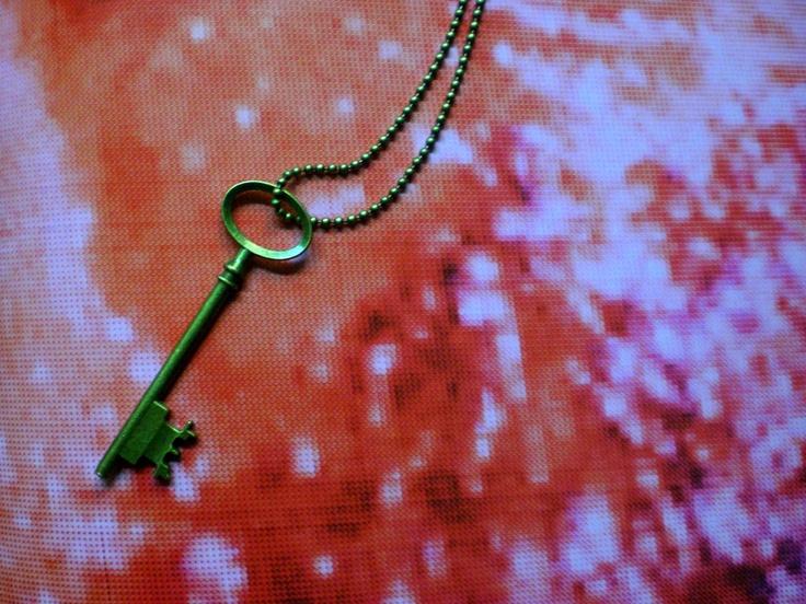 A01F02 LLAVE    - Llave dorada de 8 cm  - Cadena bolitas doradas  - Largo 75 cm  - 5 E