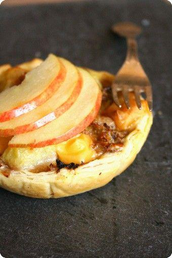 Quiche con verza, mele & scamorza verza mezza mele (piccole) 2 cipolla 1 scamorza affumicata 100g pasta sfoglia 1 rotolo uova 2 panna 3dl aceto di mele 2 cucchiai