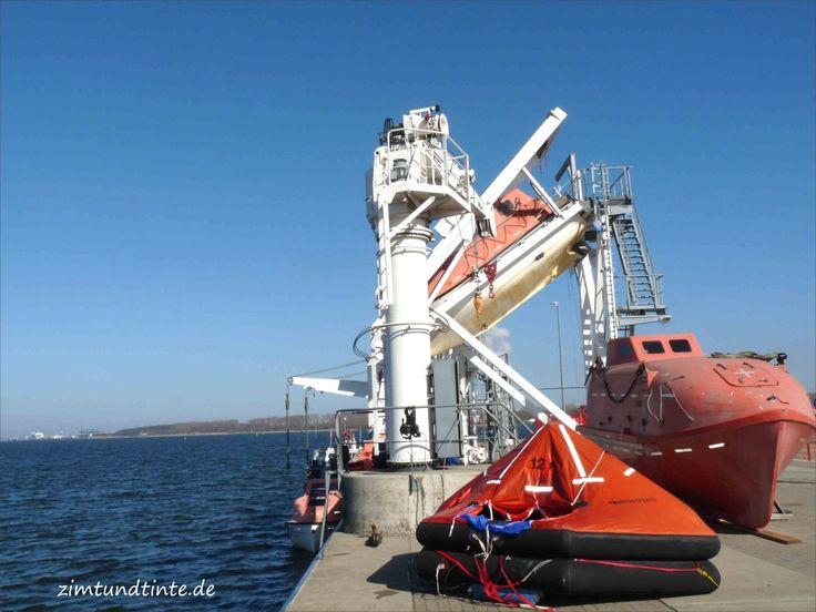 Rostock (Mecklenburg-Vorpommern)  - Rettungsinsel und Freifallboot