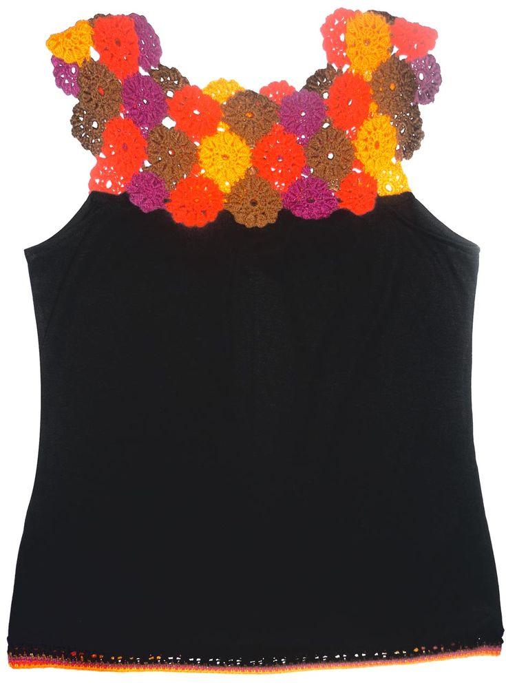 Top elaborado con tela jersey estampada y verde agua y tejido a crochet con hilos de colores naranja, turquesa matizado, magenta y rojo,...