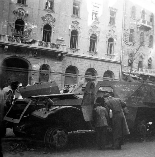 Üllői út 32., kiégett szovjet BTR-152 páncélozott lövészszállító jármű.