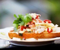 Ceviche på äpple, chili, räkor och koriander. En härlig mix som blir underbar på bröd eller som tillbehör. Perfekt till den romantiska middagen.