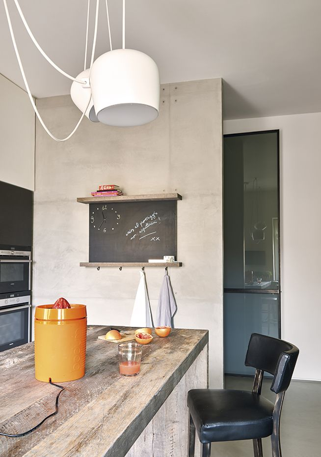 La mesa es un diseño del arquitecto realizado con vieja madera de roble. Lámpara de suspensión AIM, de los Bouroullec para Flos. Taburete Miami 401, de Tom Kelley para Billiani