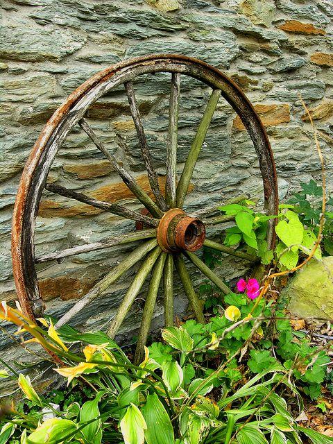 Amazing Rusty Finds - #searchlocated - Wagon Wheel & Garden