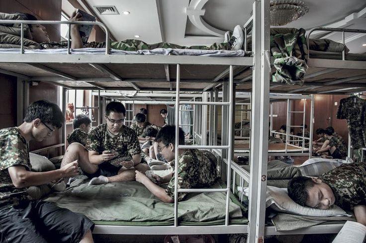 """Il boom di chat, blog e giochi online, dicono a Pechino, ha reso milioni di adolescenti """"drogati di Internet"""". Viaggio nel più importante"""