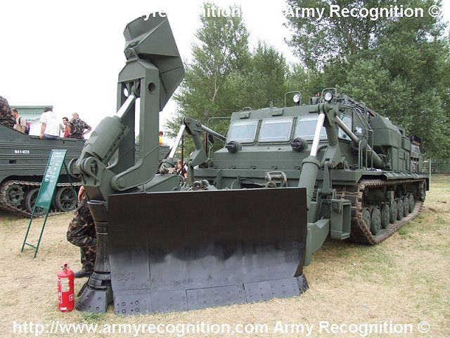 BAT-2_tracked_engineer_armoured_vehicle_Russia_Russian_army_defence_industry_military_technology_640_001.jpg (JPEG obrázek, 640×480 bodů)