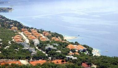 Luxe vakantievilla in de regio Kvarner te huur. Deze accommodatie is gelegen op fraai vakantiepark direct aan zee.  Het vakantiehuis is gelegen in Novi Vinodolski en online te boeken via onze website.