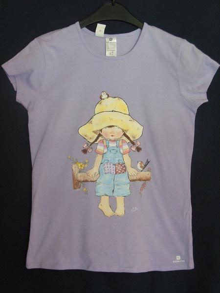 Artesanía pintada a mano sobre camiseta.