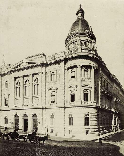 Ferenciek tere - Reáltanoda utca sarok, Egyetemi Könyvtár. A felvétel 1875 körül készült. A kép forrását kérjük így adja meg: Fortepan / Budapest Főváros Levéltára. Levéltári jelzet: HU.BFL.XV.19.d.1.05.126