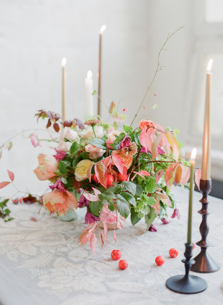 #centerpiece was made during #tulipinamoscow workshop photo: Corbin Gurkin #redapples, #amarilis, #flowercenterpiece, #autumnweddingdecor, #tableflowerdecor, #tabledecor, #fallwedding, #weddingdecor