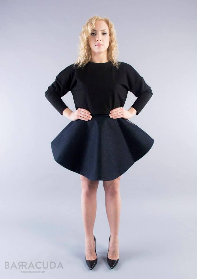 """Na zdjęciu: - Czarna bluzka z długim rękawem - Granatowa spódnica """"rozkloszowana"""" #barracudawear http://www.barracudawear.pl/basic/spodnica-rozkloszowana/ http://www.barracudawear.pl/basic/bluzka-z-dlugim-rekawem/"""